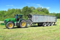 Traktor John Deeres 7930 mit Kippersattelschlepper Fliegl Gigant ASW 393 Stockfotos