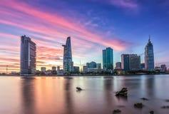 Tramonto porpora sopra Ho Chi Minh City, Vietnam Immagini Stock Libere da Diritti
