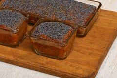 Tre dolci del papavero del limone sul piatto di legno Fotografia Stock Libera da Diritti
