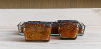 Tre dolci del papavero del limone sul piatto di legno Immagine Stock