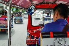 Tuktuk se déplaçant le long d'une rue à Bangkok, Thaïlande Taxi thaïlandais de tuk de tuk sur la route Photographie stock