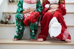 Twee Kinderen die op Treden met Kerstmiskousen zitten Royalty-vrije Stock Afbeeldingen