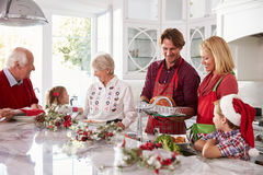 Uitgebreide Familiegroep die Kerstmismaaltijd in Keuken voorbereiden Royalty-vrije Stock Afbeelding