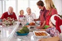 Uitgebreide Familiegroep die Kerstmismaaltijd in Keuken voorbereiden Royalty-vrije Stock Foto