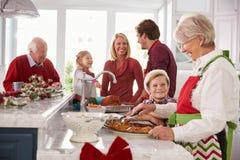 Uitgebreide Familiegroep die Kerstmismaaltijd in Keuken voorbereiden Royalty-vrije Stock Fotografie