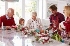 Uitgebreide Familiegroep die Kerstmismaaltijd in Keuken voorbereiden Royalty-vrije Stock Afbeeldingen