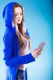 Ung kvinna med lyssnande musik för smart telefon Arkivfoton
