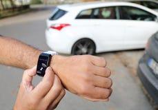 Unparking ein autonomes Auto mit einem smartwatch Lizenzfreie Stockfotos