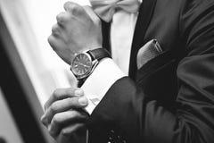 Uomo con il vestito e l'orologio a disposizione Fotografia Stock Libera da Diritti