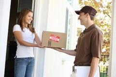 Uomo di consegna con il pacchetto Immagine Stock Libera da Diritti