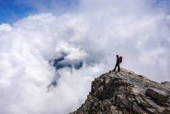Uomo sopra la montagna Immagine Stock
