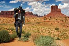 Vaquero que cruza el desierto Imagenes de archivo