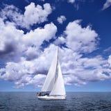 Varende boot in de wind Stock Foto