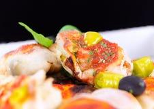Variantion di pizza - con il pesto delle erbe, pollo, peperoncino rosso, peperoni Fotografie Stock