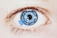 Veiligheid Iris Scanner op Intens Blauw Menselijk Oog Royalty-vrije Stock Afbeeldingen