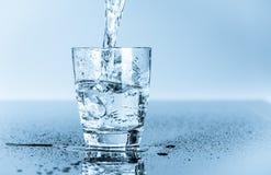 Verre d'eau potable propre Photographie stock