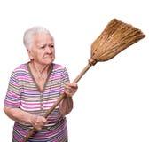 Vieja mujer enojada que amenaza con una escoba Fotos de archivo libres de regalías