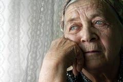 Vieja mujer mayor pensativa sola triste Imagenes de archivo