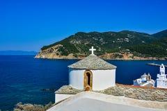 Vista de las iglesias de Skopelos sobre la bahía Imágenes de archivo libres de regalías