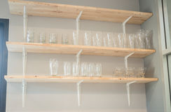 Vista delantera del estante de madera de cristal Foto de archivo