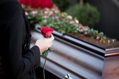 Vrouw bij Begrafenis met doodskist Royalty-vrije Stock Fotografie