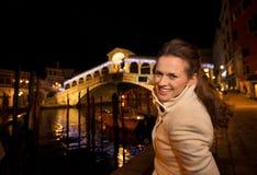 Vrouw die foto van Rialto-Brug in Kerstmis Venetië, Italië nemen Stock Fotografie