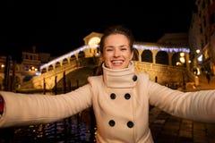 Vrouw die selfie dichtbij Rialto-Brug in Kerstmis Venetië nemen Royalty-vrije Stock Afbeelding