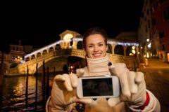 Vrouw die selfie terwijl het doorbrengen van Kerstmistijd in Venetië nemen Stock Fotografie