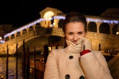 Vrouw die zich dichtbij Rialto-Brug in Kerstmis Venetië, Italië bevinden Stock Afbeeldingen