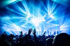 Vrouw het spelen zingende kom en het zingen, in purpere en blauwe verlichting Royalty-vrije Stock Foto's