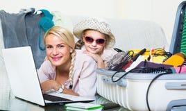 Vrouw met dochter planningsvakantie Stock Fotografie