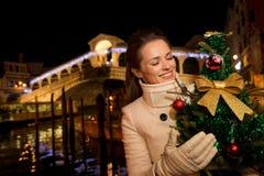 Vrouw met Kerstboom dichtbij Rialto-Brug in Venetië, Italië Royalty-vrije Stock Afbeelding
