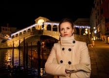 Vrouw in witte laag Rialto Kerstmistijd in Venetië, Italië Royalty-vrije Stock Foto's