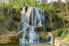 Wasserfall im Forest Park Lizenzfreie Stockbilder