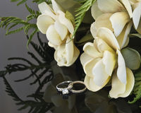 Wedding flowers and wedding rings Royalty Free Stock Photo