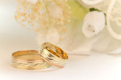 Wedding rings with white flowers Royalty Free Stock Images
