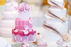 White wedding cake decorated with sugar flowers Royalty Free Stock Photos