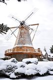 Windmühle in einem Schneesturm Stockbilder