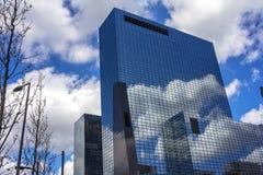 Wolken nachgedacht über ein Gebäude Lizenzfreie Stockfotos