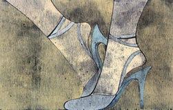 Woodprint dos pés da mulher que desgastam sandálias. Fotos de Stock Royalty Free