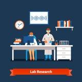 Zwei junge Chemiewissenschaftler, die im Labor arbeiten Stockbild